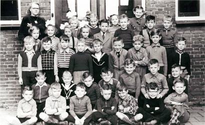 CAPHV-21 Klassefoto van de Openbare Lagere School(OLSII, Capelle-West)aan de Nijverheidsstraat in Capelle aan den IJssel.