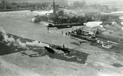CAPHV-32 Ijsbrekers op de Nieuwe Maas ter hoogte van Kralingseveeer. Op de achtergrond staat langs de oever de ...