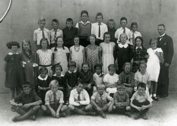 CAPHV-376 Klassefoto van de Openbare Lagere School I in het buurtschap Dorp aan de Kerklaan te Capelle aan den IJssel.