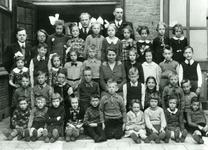 CAPHV-380 Klassefoto van de Openbare Lagere School I in Capelle(Dorp)in Capelle aan den IJssel.