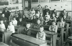 CAPHV-381 Klassefoto van de Prins Alexanderschool aan de Bermweg in de wijk Schenkel te Capelle aan den IJssel.