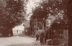 CAPHV-389 Dorpsstraat in Capelle aan den IJssel, bij het kruispunt met de Kerklaan; rechts het schouthuis in Capelle ...