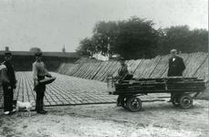 CAPHV-427 Droogplaats van een steenfabriek in Capelle aan den IJssel. Op het afplakveld liggen de stenen te drogen. ...