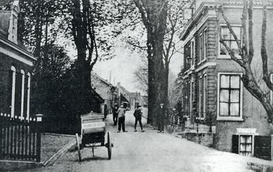 CAPHV-743 Gezicht op de Dorpsstraat ter hoogte van het raadhuis op nummer 3 in Capelle aan den IJssel.