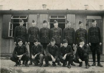 FD-12163-1 Een groep Nederlandse militairen voor hun barak.