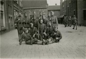 FD-12168 Een groep Nederlandse militairen op een binnenplaats.