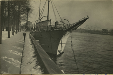 FD-12474 Het zeilschip De Nederlander, opleidingsschip voor de handelsvaart, aangemeerd bij het Prinsenhoofd (Noordereiland).