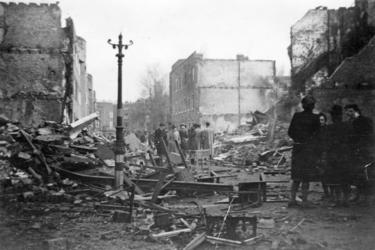 FD-12856 Groepjes mensen in de Jan Kobellstraat waarvan de huizen door Amerikaanse bommenwerpers zijn verwoest. De ...
