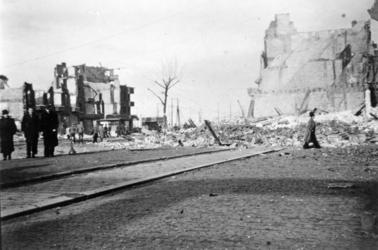 FD-12857 Verwoeste huizen aan de Schiedamseweg na een bombardement door Amerikaanse bommenwerpers.