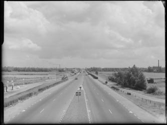 FD-4286-1 Opname van Rijksweg A 13 ter hoogte van Overschie met een ingetekende Euromast (niet afgebeeld). Op de ...