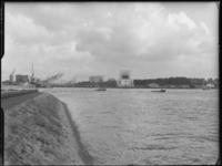 FD-4286-12 Opname van de Nieuwe Maas en de Parkkade met een ingetekende Euromast (niet afgebeeld). Op de achtergrond ...