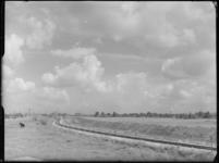 FD-4286-13 Opname van het silhouet van Rotterdam vanaf de Reedijk met een ingetekende Euromast (niet-afgebeeld). Op de ...