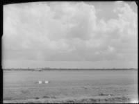FD-4286-5 Opname van vliegveld Zestienhoven met een ingetekende Euromast (niet afgebeeld). Op de achtergrond zijn onder ...