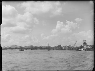 FD-4286-8 Opname van de Nieuwe Maas en de Willemsbrug en de Spoorbrug over de Nieuwe Maas met een ingetekende Euromast ...