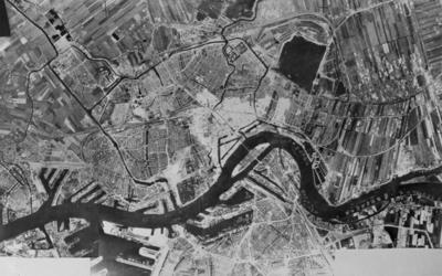 III-231-00-01 Luchtopname van Rotterdam vanuit noordwestelijke richting. Op de voorgrond Rotterdam-west, rechts een ...