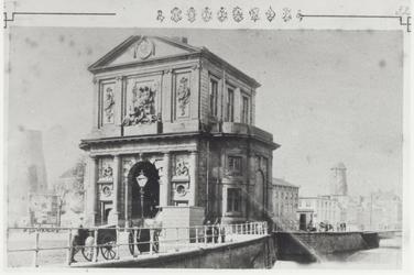 IV-20-1 De Delftse Poort, gezien vanaf de Delftsevaart.Op de achtergrond o.a. korenmolen de Haas.