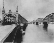 IV-21-10 De Willemsbrug en rechts de spoorbrug over de Nieuwe Maas.Aan de overzijde de Boompjes.