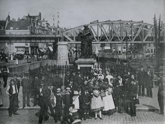 IV-21-6 Standbeeld van Erasmus op de Grotemarkt.Op de achtergrond de Steigersgracht en de spoorbrug.