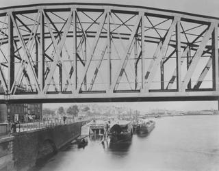 IV-21-8 De Nieuwe Maas met de spoorbrug, gezien vanonder de Willemsbrug.