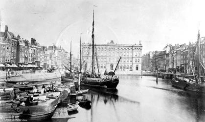 IV-22-1 Gezicht op de Blaak, links de Noordblaak, rechts de Zuidblaak en het postkantoor aan het Beursplein.
