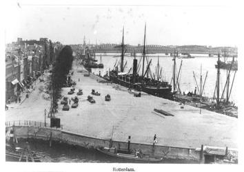 IV-25-3 De hoek Boompjes, rechts de Nieuwe Maas en op de achtergrond de Willemsbrug en de spoorbrug.