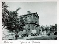 IV-62-1 De Delftse Poort aan het Delftsepoortplein, gezien uit het zuidwesten. Op de achtergrond rechts het Hofplein en ...