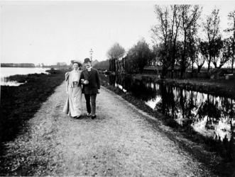 IX-1740-01 Gezicht op de Langekade, uit het noorden gezien richting Kralingse Plaslaan, waar een echtpaar flaneert door ...