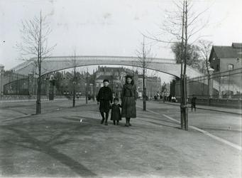 IX-1844-01 De Weteringstraat nabij de Lusthofstraat, in de richting van de Gasfabriek.