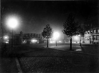 IX-2535-01 De Pompenburgsingel bij avond, met het spoorwegviaduct en de brug over de Rotte. Uit het oosten.