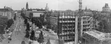 IX-630 Gezicht op de Coolsingel met op de voorgrond het in aanbouw zijnde Erasmushuis (HBU-gebouw, Hollandsche Bank-Unie).