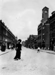 IX-887-04 De Gedempte Slaak aan de oostzijde, van het Oostplein af, met op straat veel wandelende mensen. Aan de ...