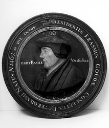 P-004504-2 Houten borstbeeld in medaillon van Desiderius Erasmus, humanist.