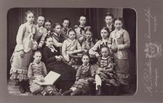 P-020630 De Meisjesschool (bijgenaamd de rijks-meidenschool)te Capelle a/d IJssel met geheel links staande Maria E. van ...