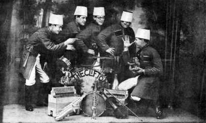 P-020659 Artiestenfoto van orkestje The Cliftons met chefd'orchestre Paul Clifton.