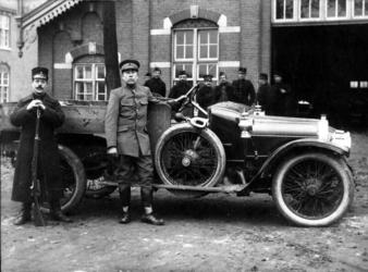 P-020665 Abraham Hoogenboom, staand voor de auto, tijdens zijn diensttijd omstreeks 1915. Was in de jaren 1926-1939 ...