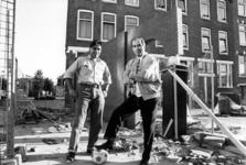 P-020863-1,-2 Kunstenaar Hans Citroen (links) met oud-Feyenoord- voetballer Coen Moulijn (rechts) bij het door Hans ...