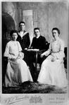 P-021010-1,-2 Portretten van Susanna Jacoba Adriana Reys met diverse familieleden. Onder het pseudoniem Nannie van Wehl ...