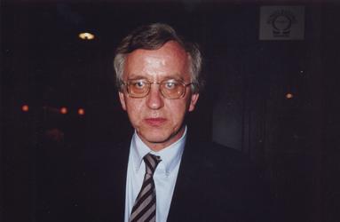 P-021253-1,-2 Portretten van Rien Vroegindeweij, schrijver, dichter.Van boven naar beneden:-1-2: draagt voor uit eigen werk
