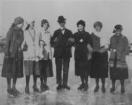 P-021547 Opname van J.H. Leopold, dichter en leraar op het Erasmiaans Gymnasium, op de schaatsen temidden van een groep ...