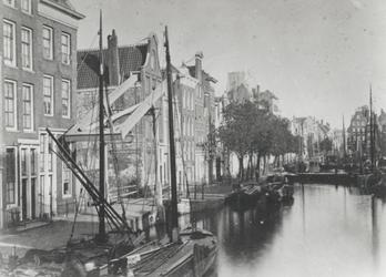 RI-223 De Delftsevaart, links de Stokvisbrug.