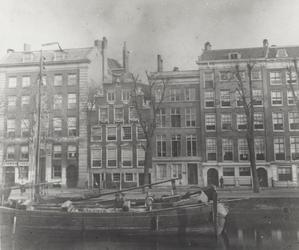 RI-351 De Geldersekade met het huis met de zeepaarden van de heer D. Vis Blokhuyzen (2e pand vanaf links).Het huis zou ...