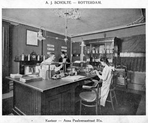 SCHOLTE-2003-186 Kantoorinterieur van de likeurfabriek en distilleerderij A.J. Scholte aan de Anna Pauwlonastraat te ...