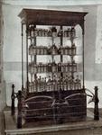 SCHOLTE-2003-197 Kast met produkten vervaardigd door likeurfabriek en distilleerderij A.J. Scholte te Rotterdam.