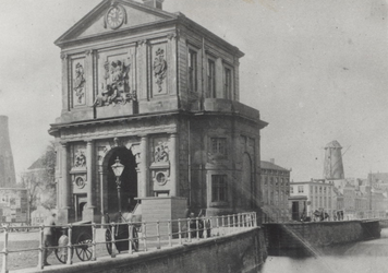 V-159-02 De Delftse Poort, gezien vanaf de Delftsevaart.Op de achtergrond o.a. korenmolen de Haas.