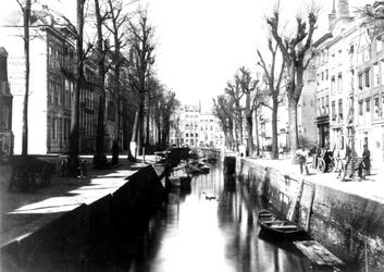 VII-122 De Bierhaven.Links de Oranjestraat en op de achtergrond de Wijnhaven.