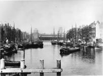 VII-278-01 De Leuvehaven, op de achtergrond in het midden de Zeevischmarkt, links de koepel van de Sint-Dominicuskerk, ...