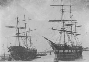 VII-325-01 De Nieuwe Maas met op de voorgrond twee zeilschepen, rechts De Medusa. Op de achtergrond rechts het Park, in ...