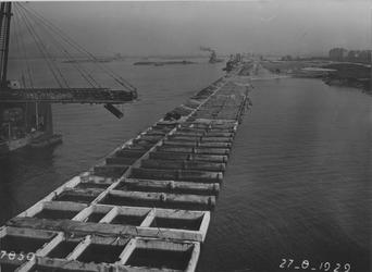 VII-369-06-01-1 De bouw van de kademuur in de Merwehaven.