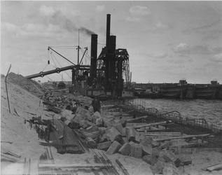VII-371-01-01-1 Merwehaven in aanbouw. Op de achtergrond Sliedrecht VII (zuiger) achter de caissons.