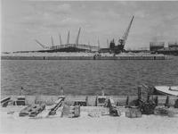 VII-371-01-01-2 Merwehaven in aanbouw en de bouw van de kademuur op de achtergrond.